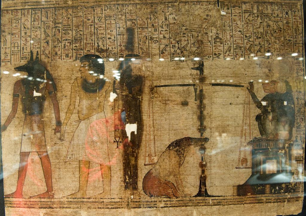 Fotografía por cortesía de: Rob Koopman https://www.flickr.com/photos/koopmanrob/4144610129/ Detalle del Libro de los Muertos donde Anubis pesa las almas. El papiro mide 18 metros.